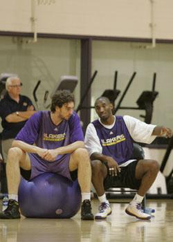 Pau y Kobe, en el training camp
