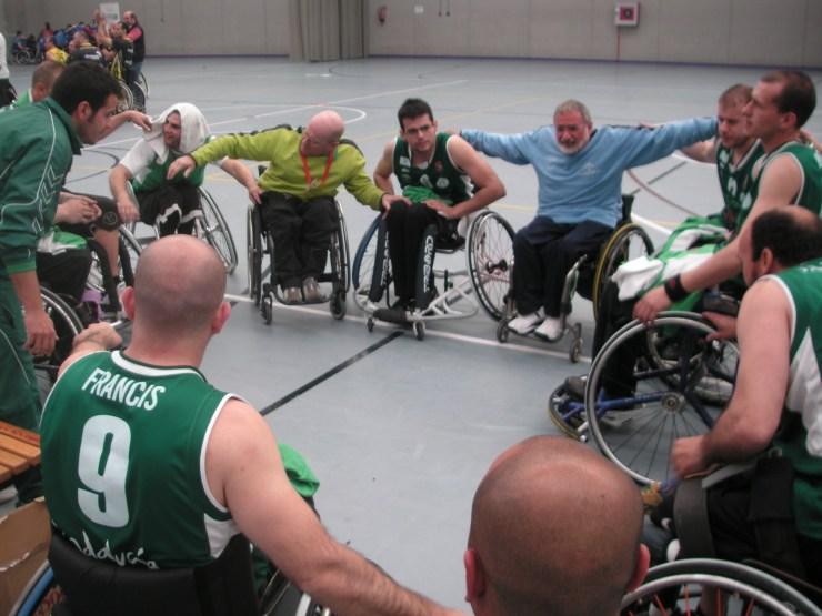 Paco Aguilar arenga a sus jugadores del Clínicas Rincón Amivel