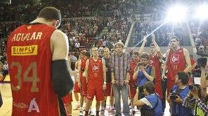 Aguilar aplaudido por sus compañeros / E.Casas ACB Photo