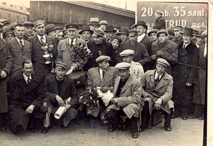 El equipo letón a su llegada a Riga tras vencer el primer Europeo