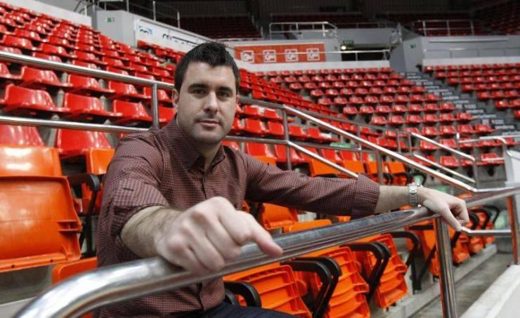 Luis Arbalejo posa en la grada del Príncipe Felipe // ANGEL DE CASTRO (El Periódico)
