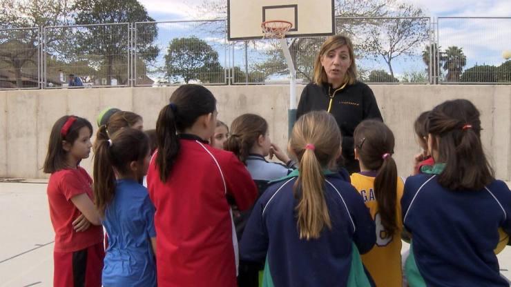 Imagen de Marina Ferragut con varios niños sacada del documental. RTVE.es